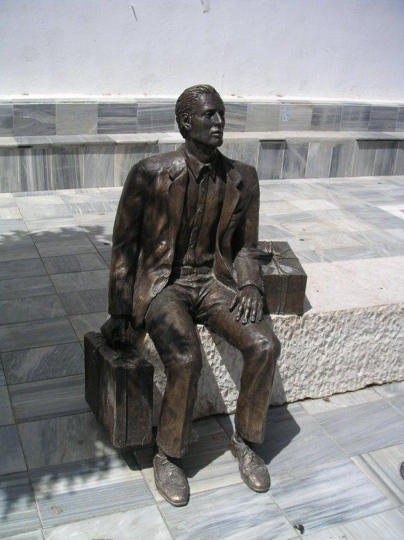 Estatua_de_tocón_dedicada_al_emigrante.jpg